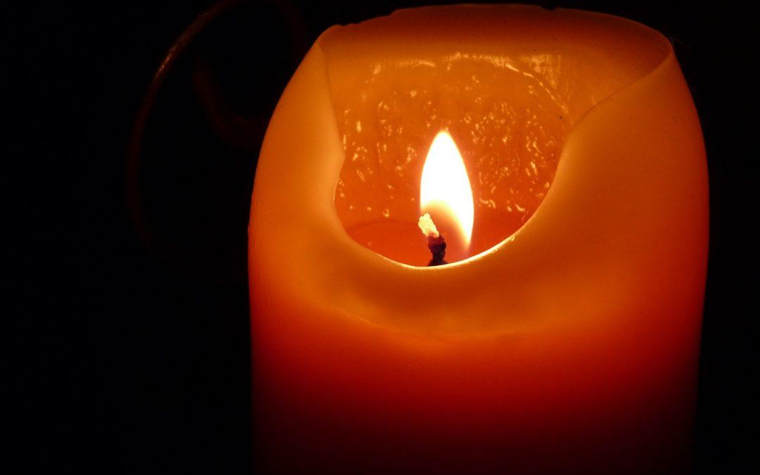 brennende Kerze, leicht abgebrannt